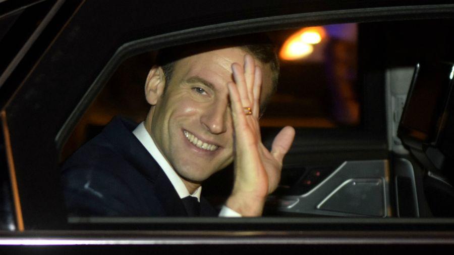 Macron saluda cuando deja la estación aérea, rumbo a la Embajada de Francia en Buenos Aires.