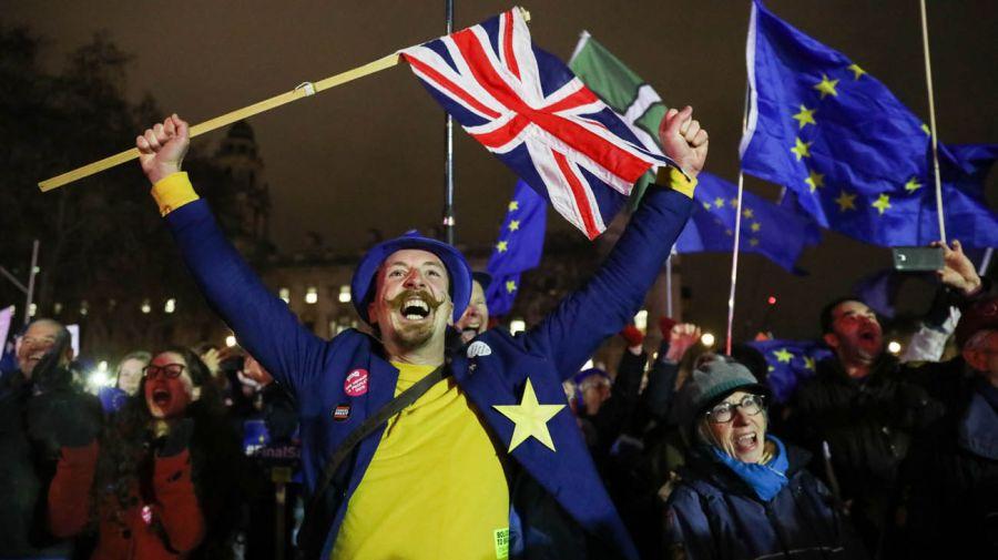 Hubo movilizaciones a favor y en contra del brexit en las afueras del parlamento. Foto: Bloomberg.