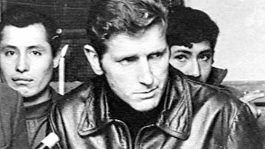 El padre Carlos Mugica pidió el cese de la lucha armada y fue asesinado.