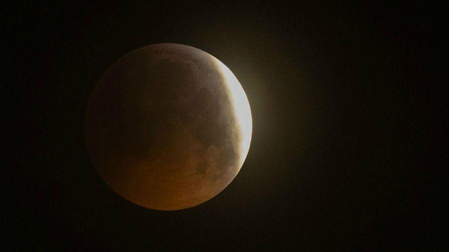 luna de sangre iluminó al mundo en un eclipse total