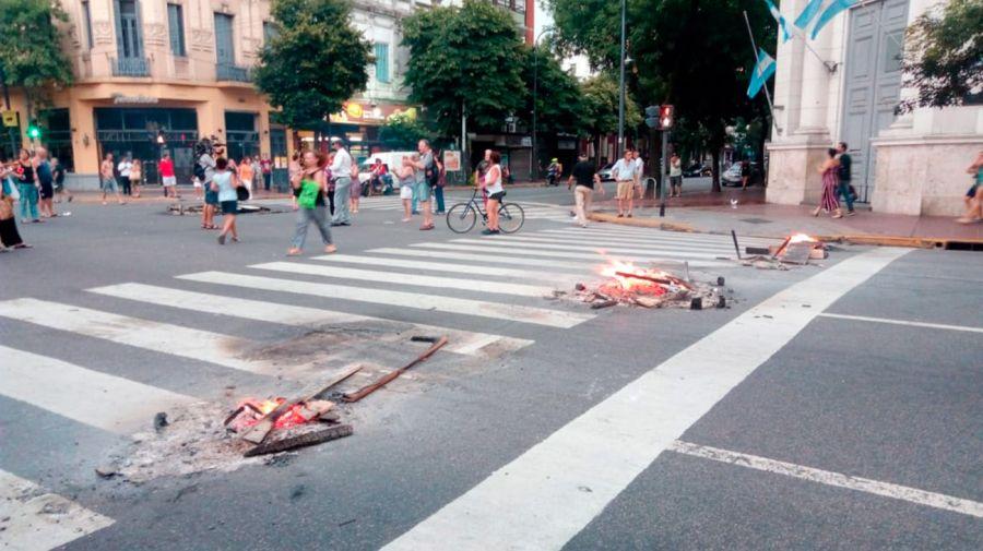 Los cortes que se produjeron desde el lunes generaron protestas en distintos puntos de la ciudad.