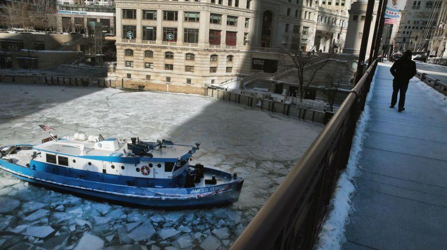 Un barco atrapado en el hielo en el río Chicago.