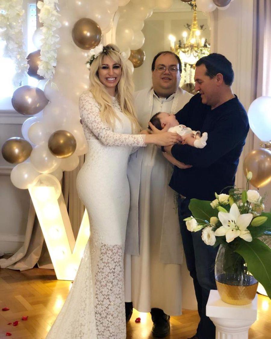 Vicky Xipolitakis renovó su matrimonio