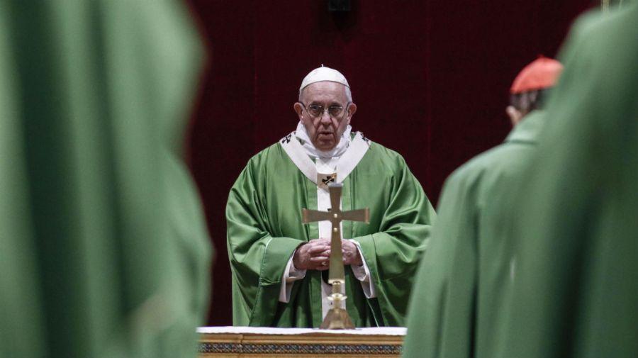 El Papa Francisco en la celebración eucarística en el Salón de la Regia del Palacio Apostólico en el Vaticano.