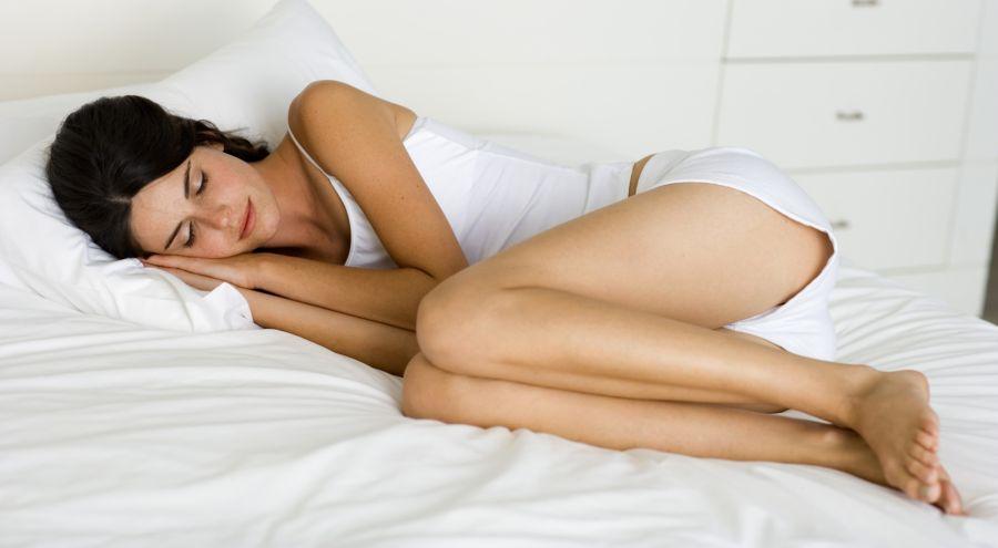 ¿Cuál es la posición correcta a la hora de dormir para aliviar el dolor menstrual?