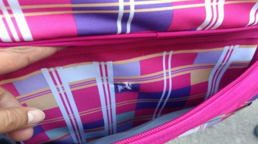 Uno de los proyectiles perforó la mochila y la cartuchera de una nena.