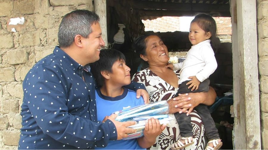 El alcalde de la localidad peruana de Moche, Arturo Fernández Bazán, junto a la Víctor y su familia.