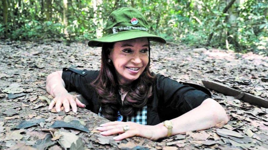 Cristina Kirchner hace seis años, en enero de 2013, durante su visita a Hanoi. Recorrió los túneles guerrilleros, clave para el triunfo de los vietnamitas contra Estados Unidos.
