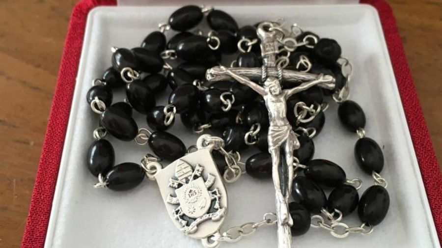 El rosario enviado por el Papa le envió a Boudou.
