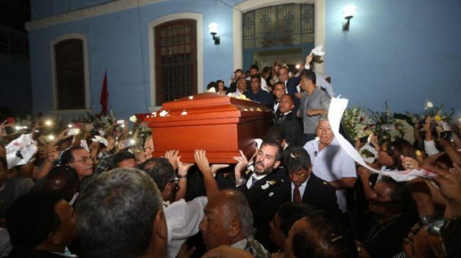 Los restos del ex presidente Alan García fueron trasladados del hospital Casimiro Ulloa al local principal del Partido Aprista.