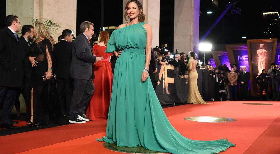 Julieta Ortega con un vestido verde en los Martín Fierro pasados