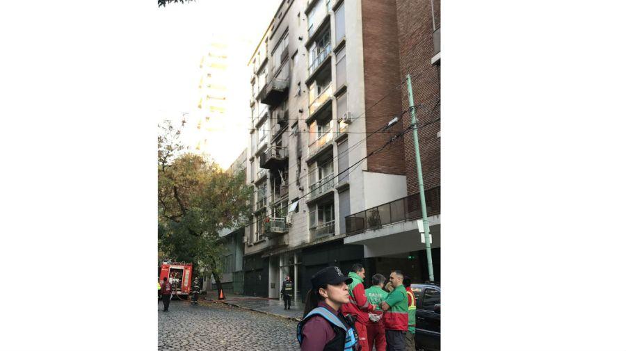Así quedó el frente del edificio después de que los bomberos apagaran el incendio.