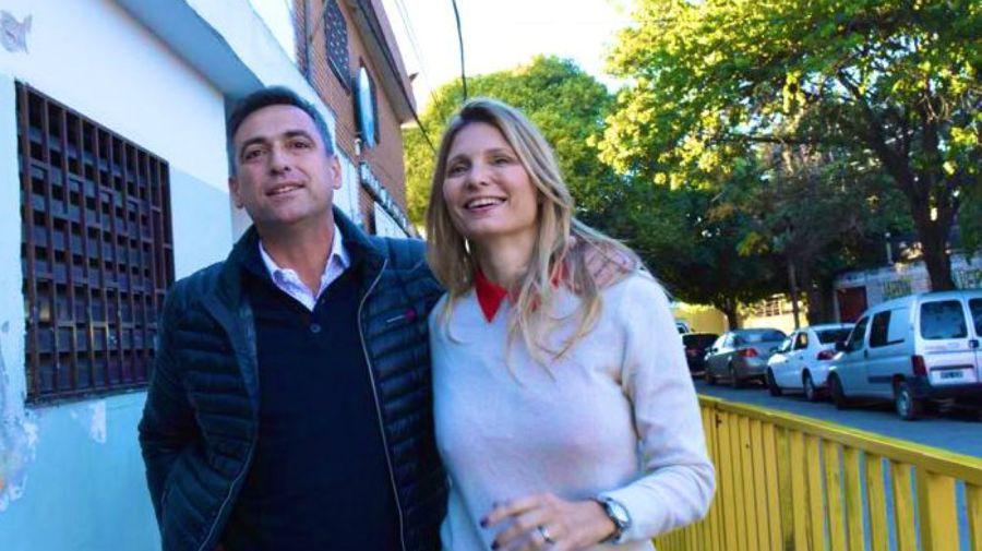 Ramón Mestre llega al lugar de votación con su esposa, Melina.