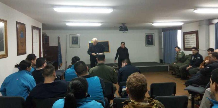 Alberto Cormillot dando una charla junto a la Licenciada en Psicología Lucía González en la Base Marambio.