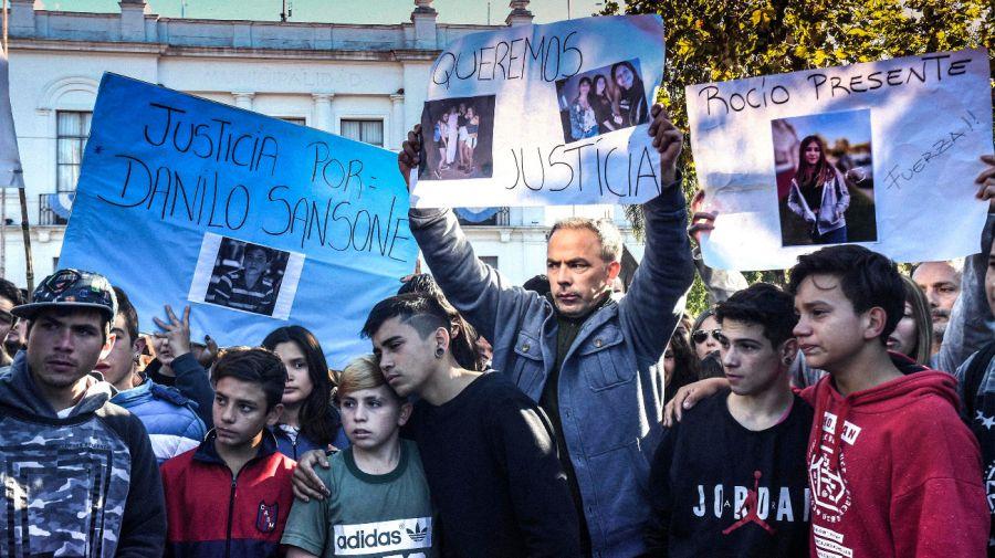 Vecinos de San Miguel del Monte marcharon para pedir justicia por la muerte de los cuatro jóvenes.
