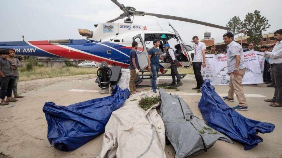 0524 Seis muertes por atascos en la cima del Everest