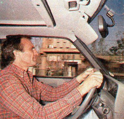 Carlos Reutemann a borde del Peugeot 504 SRX