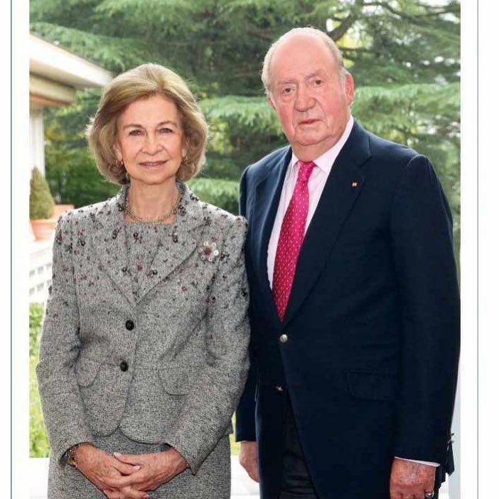 El Rey Juan Carlos se despidió de la exposición pública