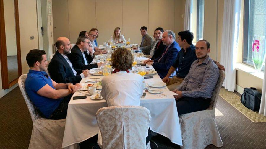 La charla de hombres de prensa con el embajador argentino en Rusia, Ricardo Lagorio (tercero de la derecha).