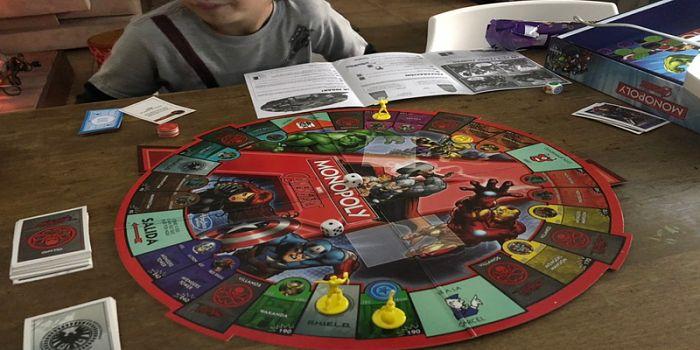 Con el corte de energía, chicos y grandes volvieron a los juegos de mesa para entretenerse