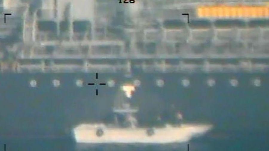 Esta imagen difundida por el Departamento de Defensa de EE. UU. se presenta como una nueva evidencia que incrimina a Irán en los ataques en el Golfo de Omán del 13 de junio.