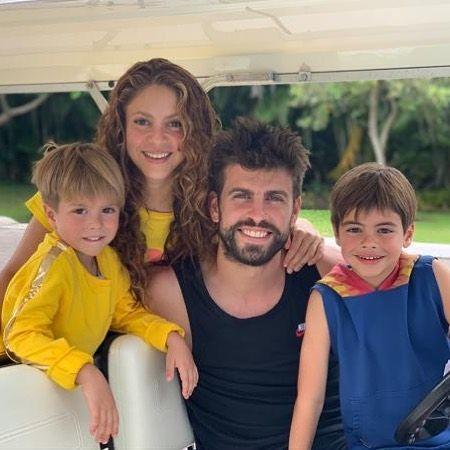 Los hijos de Shakira acarician tiburones