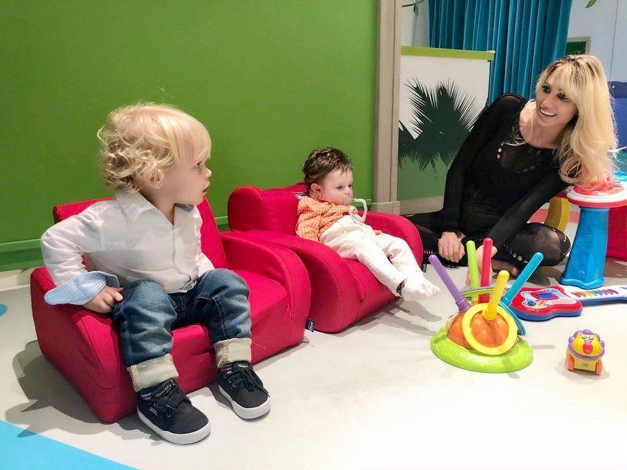 Marley y Mirko junto a Vicky Xipolitakis y Salvador