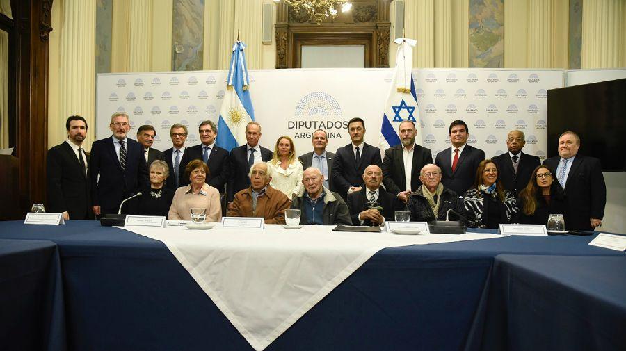 Claudio Avruj, Marcelo Mindlin, Luis Petri, fueron los firmantes.