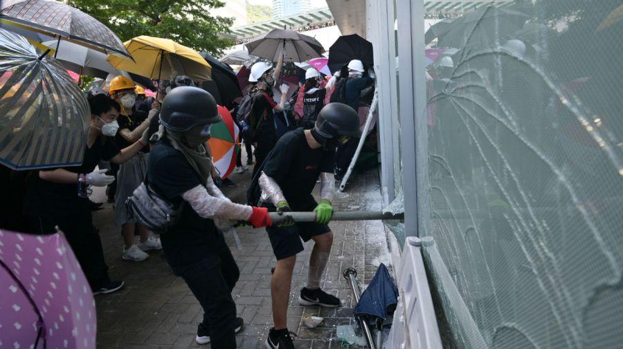 Manifestantes trataron de entrar en el Parlamento de Hong Kong durante una protesta.