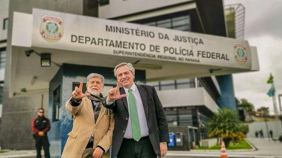 Alberto Fernández visitó al ex mandatario brasileño Lula da Silva. En la foto, junto a Celso Amorim.