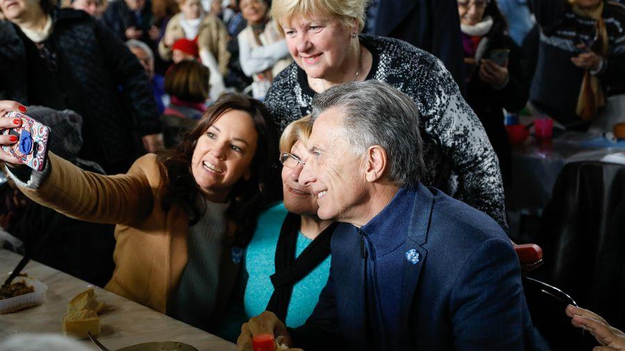 Macri participó, junto a mil adultos mayores de Tres de Febrero, de una lentejeada que organizó ese municipio del conurbano bonaerense.