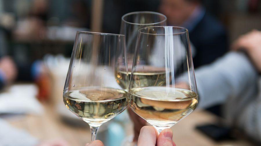 Brindando por la amistad vinos delirio