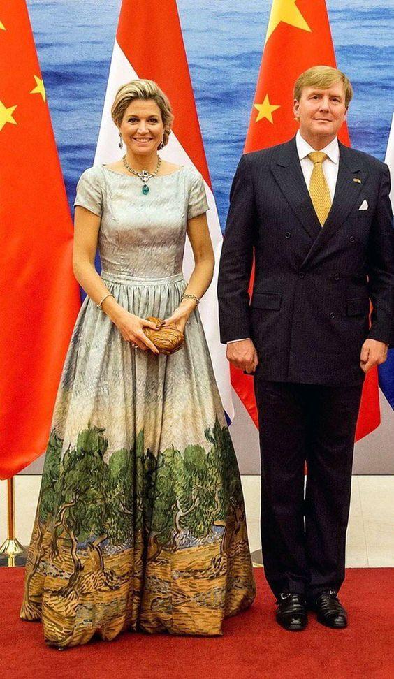 Máxima con un vestido inspirado en Van Gogh