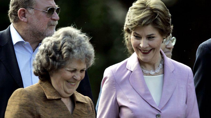El 10 de marzo de 2007 Maria Auxiliadora Delgado paseó con la entonces primera dama de los EE.UU. Laura Bush por Colonia.