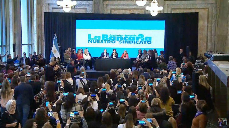 Cristina, en campaña, junto a los bancarios.