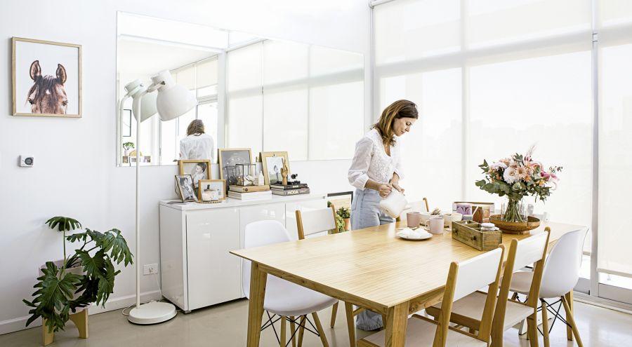 La luz, el blanco y los materiales nobles forman parte de todos los ambientes del hogar de Valeria Rodero
