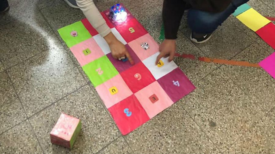 """En la iniciativa """"Aprender Jugando"""" elaboran juegos didácticos para llevar a jardines de infantes de la zona."""