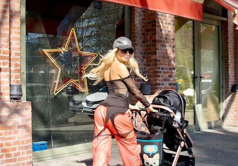 Vicky Xipolitakis se animó y dio su primer paseo por Buenos Aires con su hijo