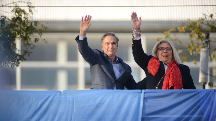 Miguel Ángel Pichetto y Elisa Carrió desde el palco montado frente a Barrancas de Belgrano.