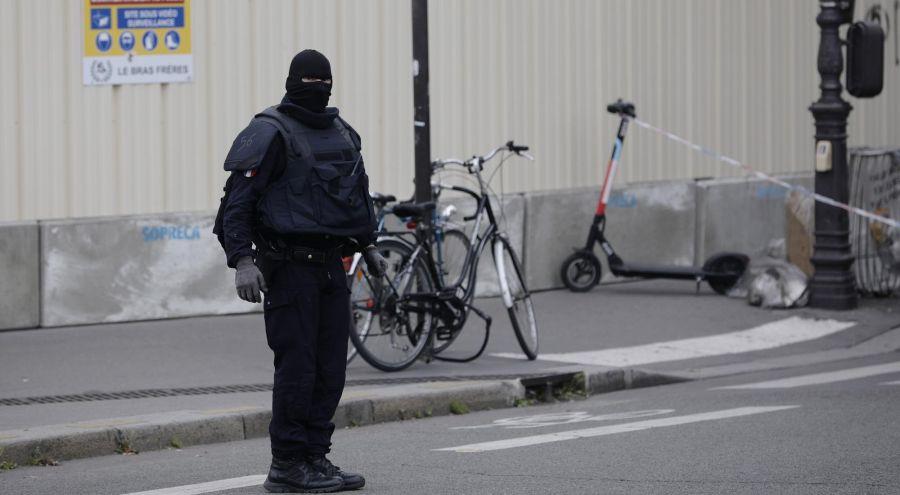 La agresión inédita en la historia de la policía francesa, se produjo en pleno centro de la capital del país, cerca de la catedral de Notre Dame. Foto: AFP.