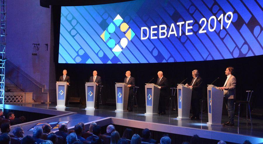 Candidatos en el estrado del debate 20191013