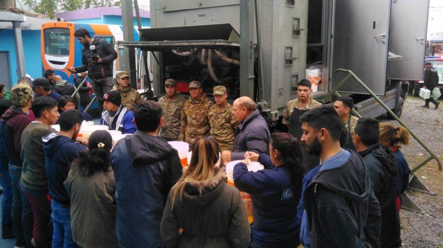El Ministerio de Defensa también colabora en las tareas de asistencia a los damnificados por las inundaciones en La Matanza.