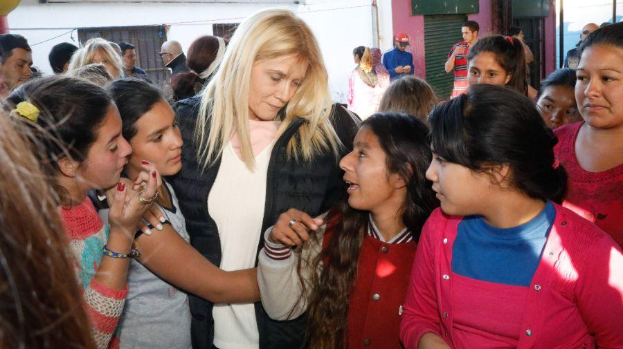 Verónica Magario recorrió los centro de evacuados en La Matanza.