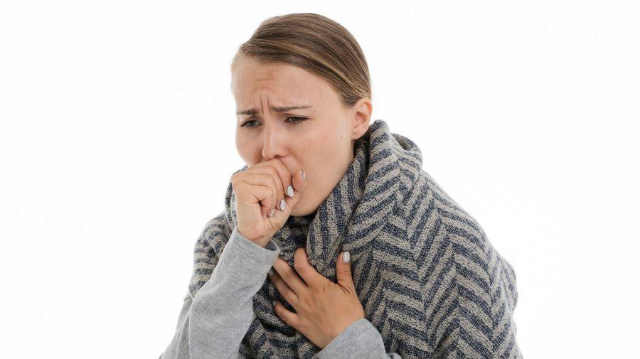 Uno de los síntomas más característicos de la tuberculosis es la tos.