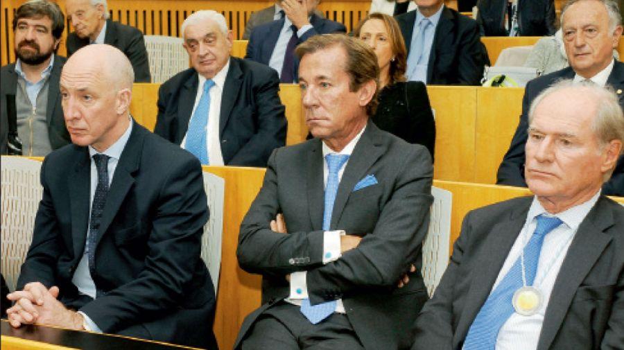 El embajador británico, Mark Kent; el ex embajador Luis María Kreckler y el supermercadista y banquero Federico Braun, delante del periodista Hernán de Goñi, Adelmo Gabbi y Miguel Acevedo, presidentes de la Bolsa y la UIA.