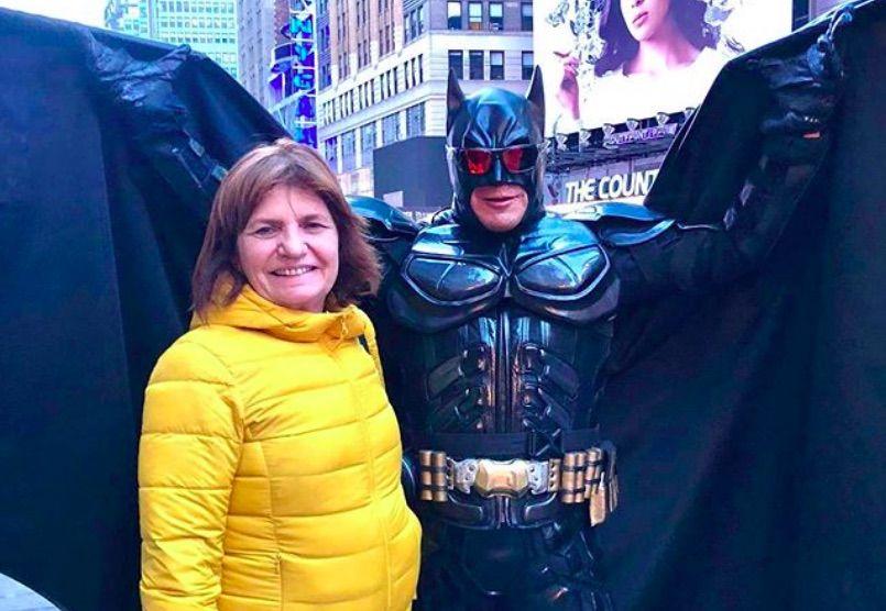 Batman de Times Square con Patricia Bullrich.