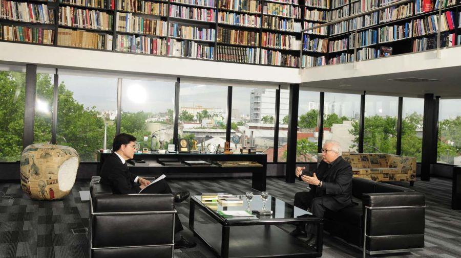 Manuel Castells, con Jorge Fontevecchia.