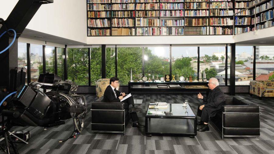 Manuel Castells, en la entrevista con Jorge Fontevecchia.