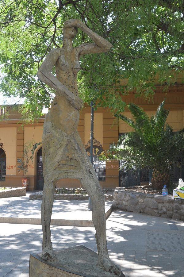 Escultura Mujer Inmigrante