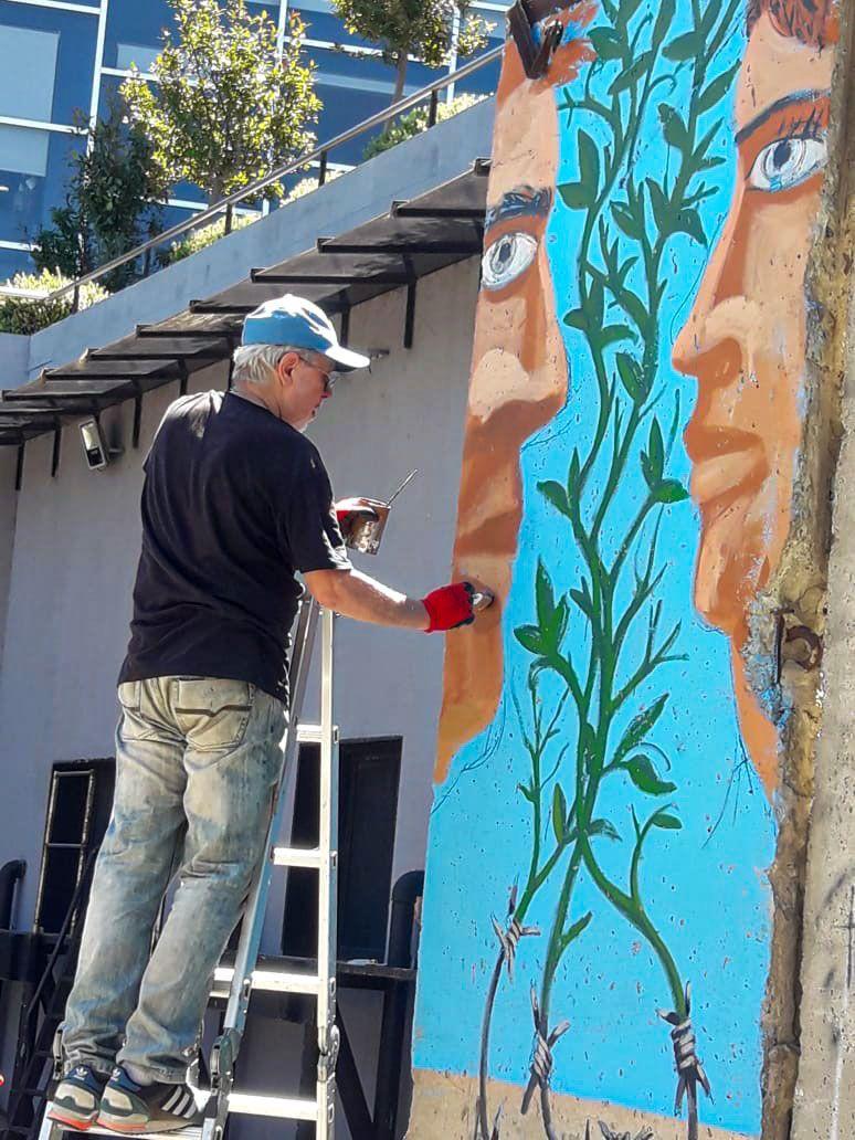 Pablo Temes pintando el Muro de Berlín